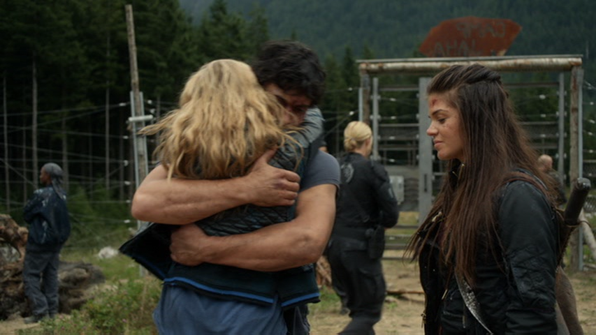 Bellarke hug, The 100 Season 2 , Episode 5